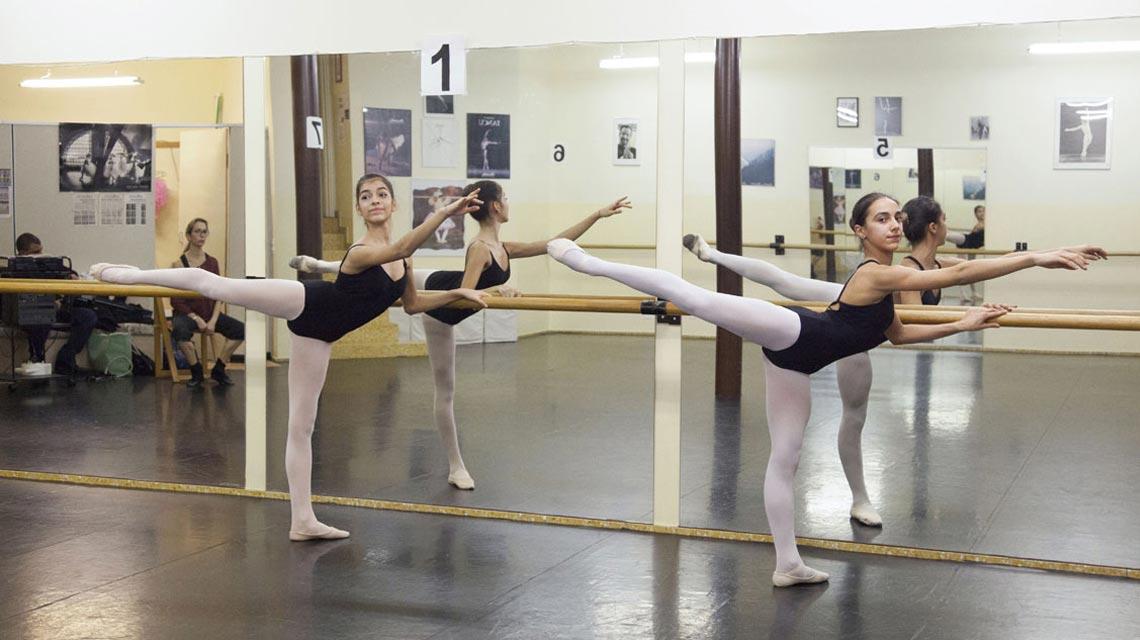 Alcune ballerine durante una lezione presso il CSD Mendrisio