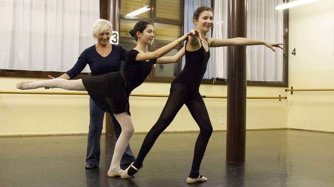 Halina Caneva Piekos con alcune ballerine durante una lezione presso il CSD Mendrisio