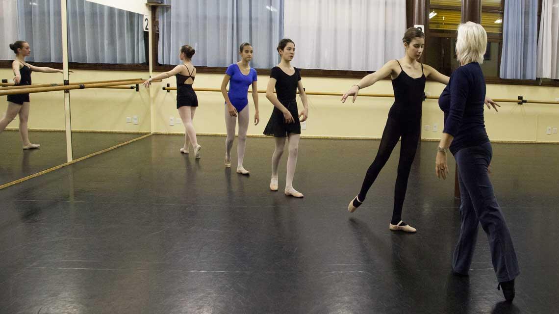 Ballerine durante una lezione presso il CSD Mendrisio